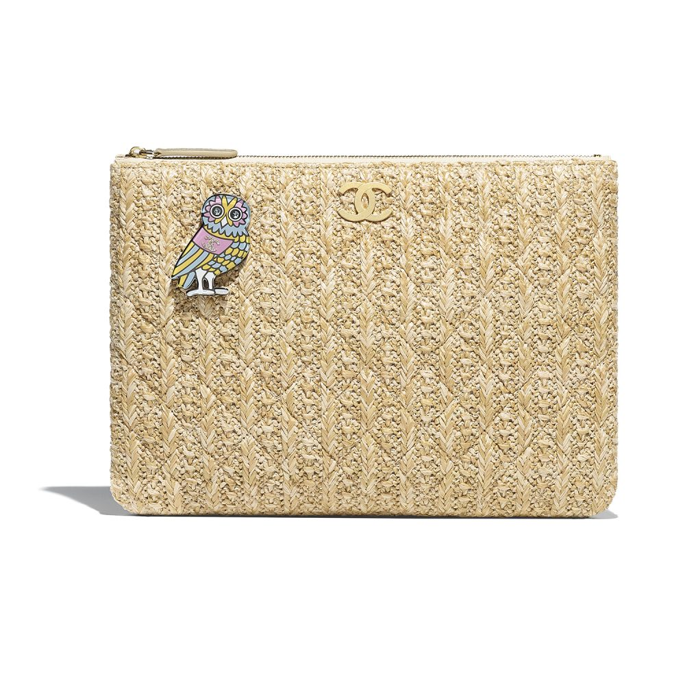 2017/11/05_A82545-Y83361-4B29018-Straw-coloured-clutch-bag-embellished-with-a-charm_LD.jpg