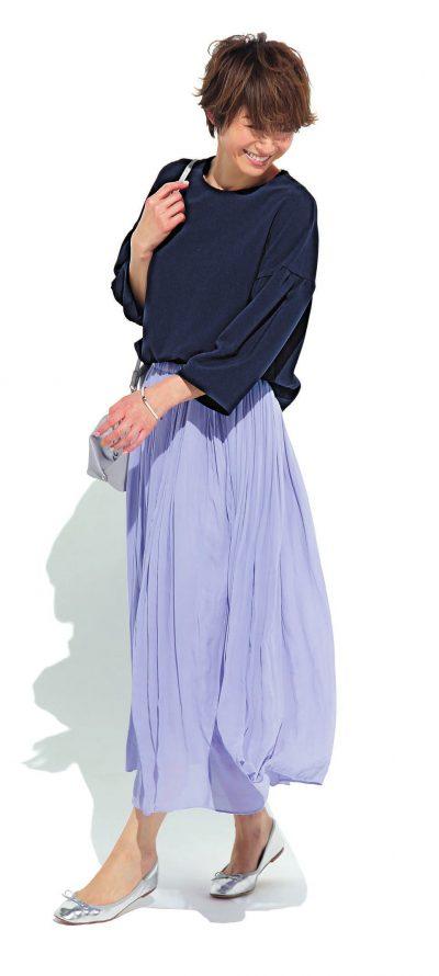 【明日のコーデ】紺トップス×ラベンダーロングスカート×シルバー靴&バッグ