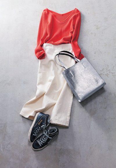 【明日のコーデ】オレンジリブトップス×白デニムタイトスカート×黒スニーカー