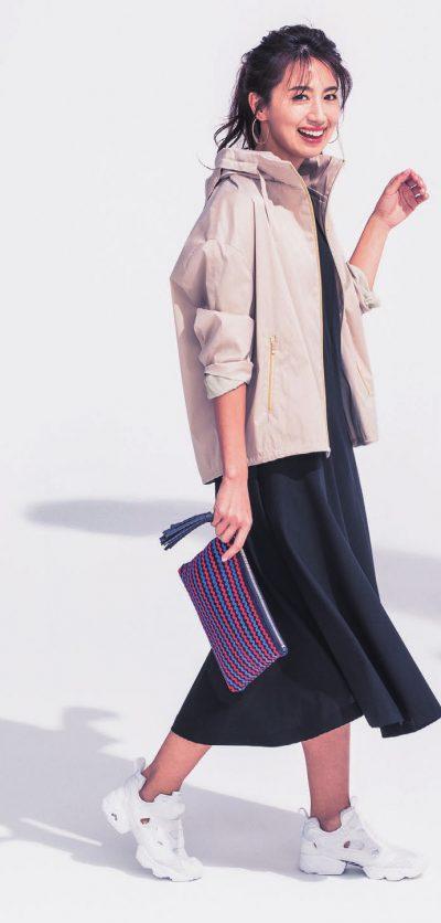 【明日のコーデ】黒ワンピ×ベージュブルゾン×白ハイテクスニーカー