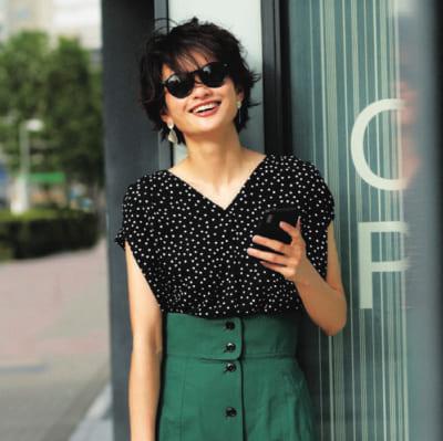 【明日のコーデ】黒ドット柄ブラウス×グリーンスカート×黒小物