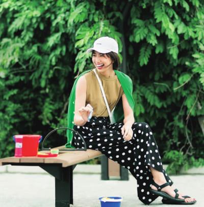 【真夏の公園コーデ】ベージュノースリT×黒ドット柄パンツ×キャップ
