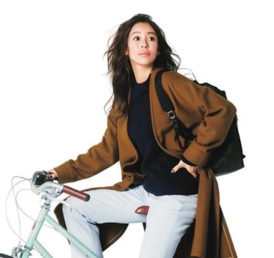 自転車の日もブルーの濃淡コンビ×キャメル色コートで知的なハンサムママ【明日のコーデ】