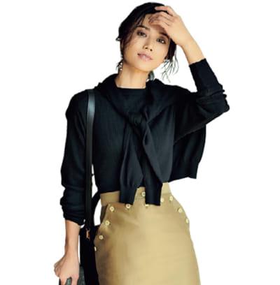 ハイゲージの黒ニット×ベージュのロングスカートで女らしさと知性をアップ【明日のコーデ】