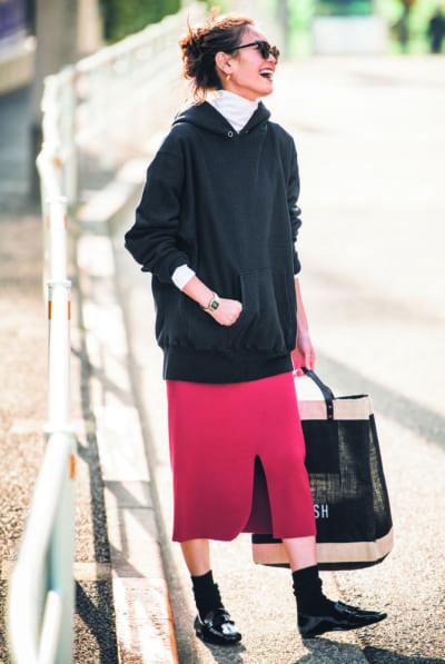 パーカとスカートで上品なカジュアルスタイル【明日のコーデ】