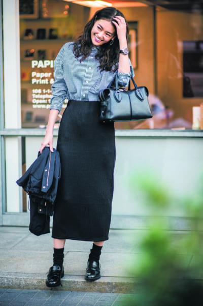 ソックス気分の日はシャツとスカート合わせできれいめ通勤スタイル【明日のコーデ】