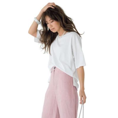 オーバーサイズの絶妙白Tをピンクのパンツ&白小物で女らしく【明日のコーデ】