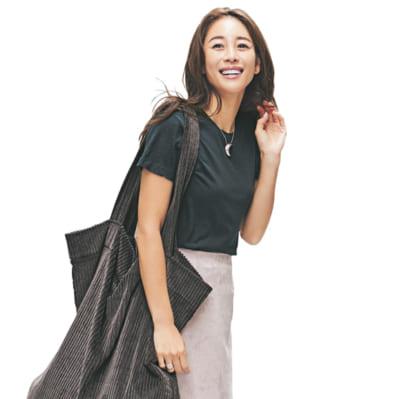 秋らしいスエード素材の淡色スカートは万能の黒T合わせで辛口に【明日のコーデ】
