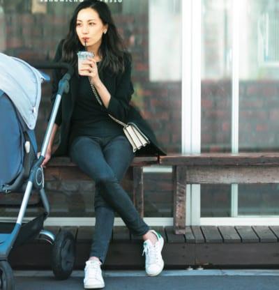 2カ月ベビーのママ・平山真弓さんのスニーカーコーデSNAP