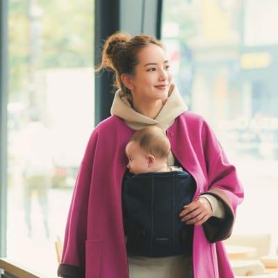 きれい色リバーコート+細身ローファーで抱っこひもママの華やぐ冬コーデ【明日のコーデ】