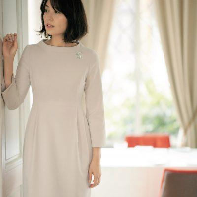 セレモニー服は明るくて清潔感アリなベージュワンピで良い母印象【明日のコーデ】