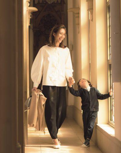 ノーカラーにふんわり袖が今っぽい!白ブラウス×黒パンツでよそ行きスタイルに【明日のコーデ】