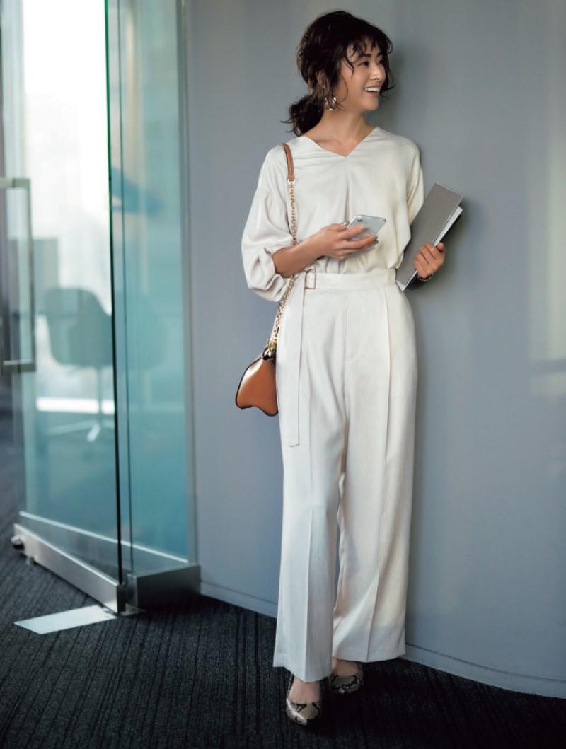 クリスウェブ佳子さんの画像です。白のセットアップを着ています。