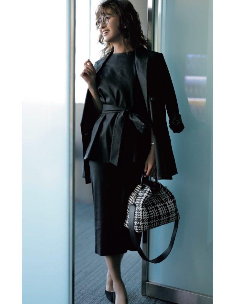 クリスウェブ佳子さんの画像です。黒のワンピースを着ています。お仕事スタイルの服です。