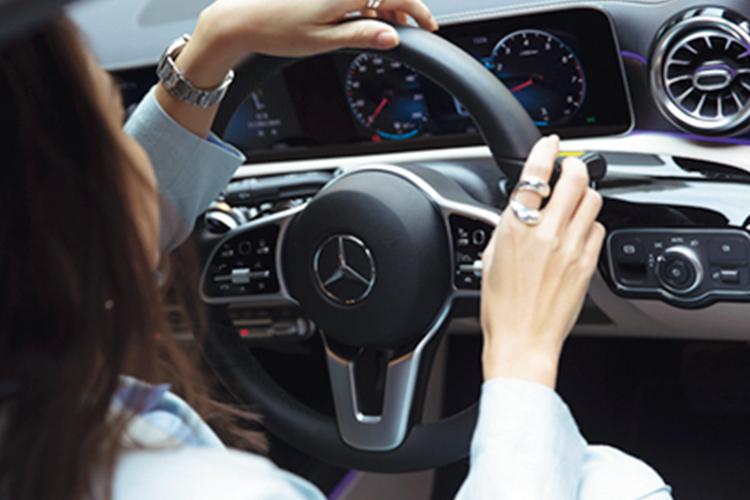 〝Mercedes me Tokyo〟では、カフェに来たついでに展示車を気軽にチェックすることも可能。