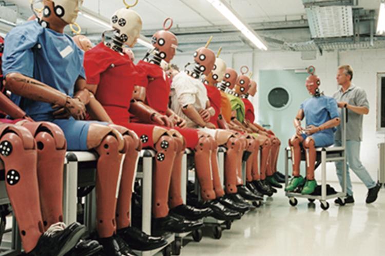 あらゆる事故を実体験しているオスカーくん。体格のいい男性から、小柄な人まで、様々な体型や性別が作られ、いろいろ検証されている。