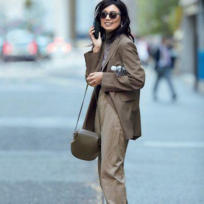 ジャケット×パンツは同色トーンで合わせるのが旬。白スニーカーを差し色に【明日のコーデ】