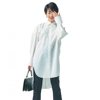 オーバーサイズの白シャツ×フレア黒パンツで定番コーデも新鮮味アップ【明日のコーデ】