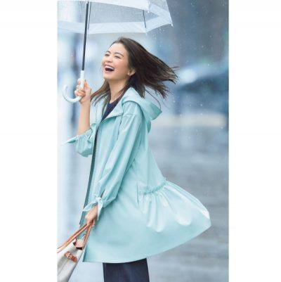 シンプルコーデに映える甘ディテールの撥水コートなら、雨の日もデイリーにも重宝【明日のコーデ】