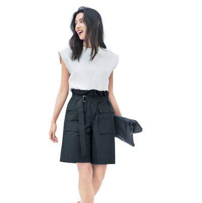 女らしいシルエットの黒ショーパンなら、短め丈も品よく着こなせる