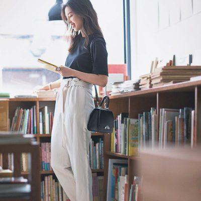 品よく華やぐ白パンツはTシャツ合わせのモノトーンでもぐっと女っぽくなれる【明日のコーデ】