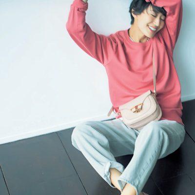 【トッズ】のピンクローファー投入で等身大の楽ちんスタイルもグッと華やかに