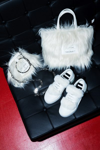 白のもこもこが可愛い!「エコファー」小物で冬コーデにアクセント