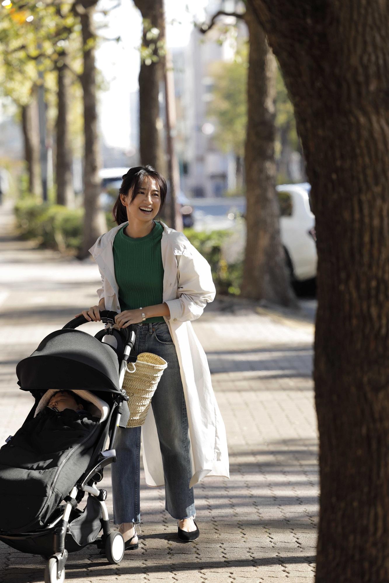 ベビーカー黒散歩。モデルは東原亜希。