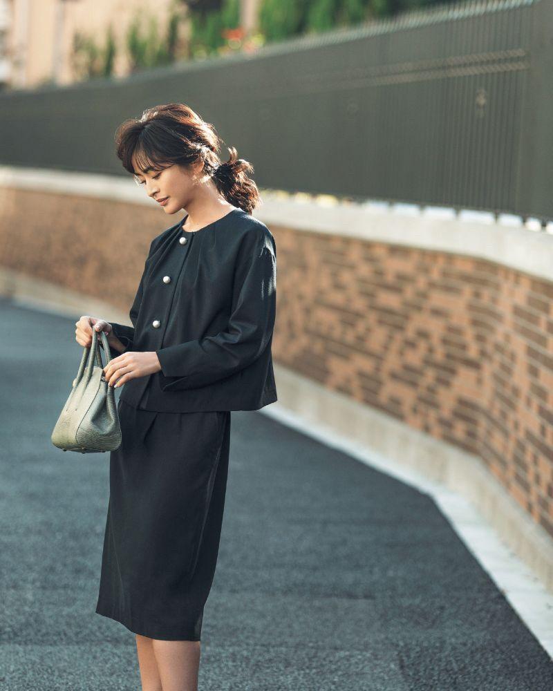 卒園式卒業式の服装、ネイビースーツ。モデルはクリス=ウェブ 佳子さん。