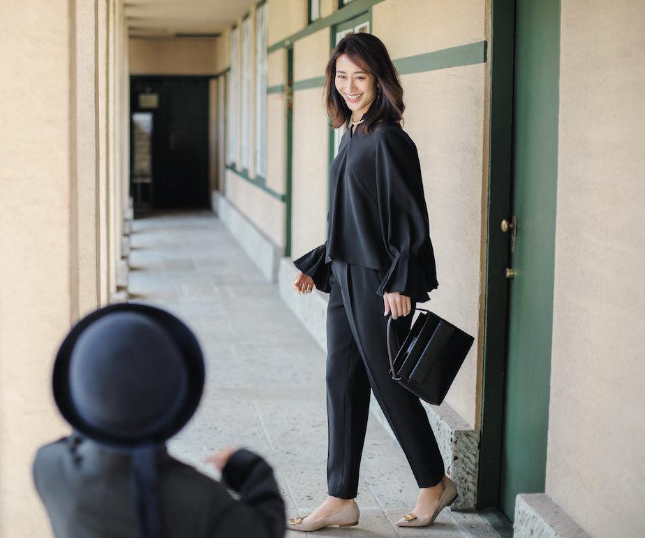 入学式・入園式のスーツ。ネイビーのパンツセットアップ。モデルは神山まりあ。