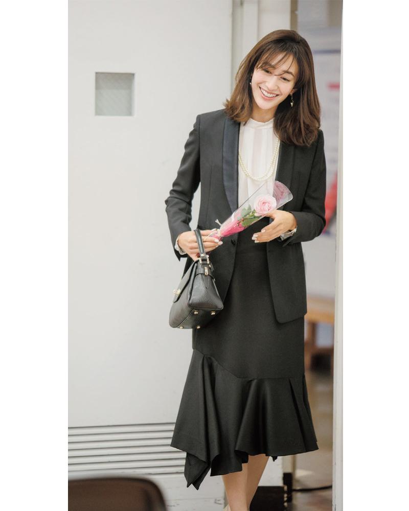 入園式・入学式のブラックスカートスーツ。モデルは神山まりあ。