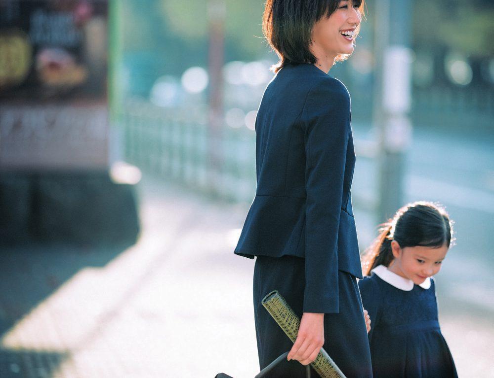 入園式・入学式のネイビースカートスーツ。モデルは神山まりあ。