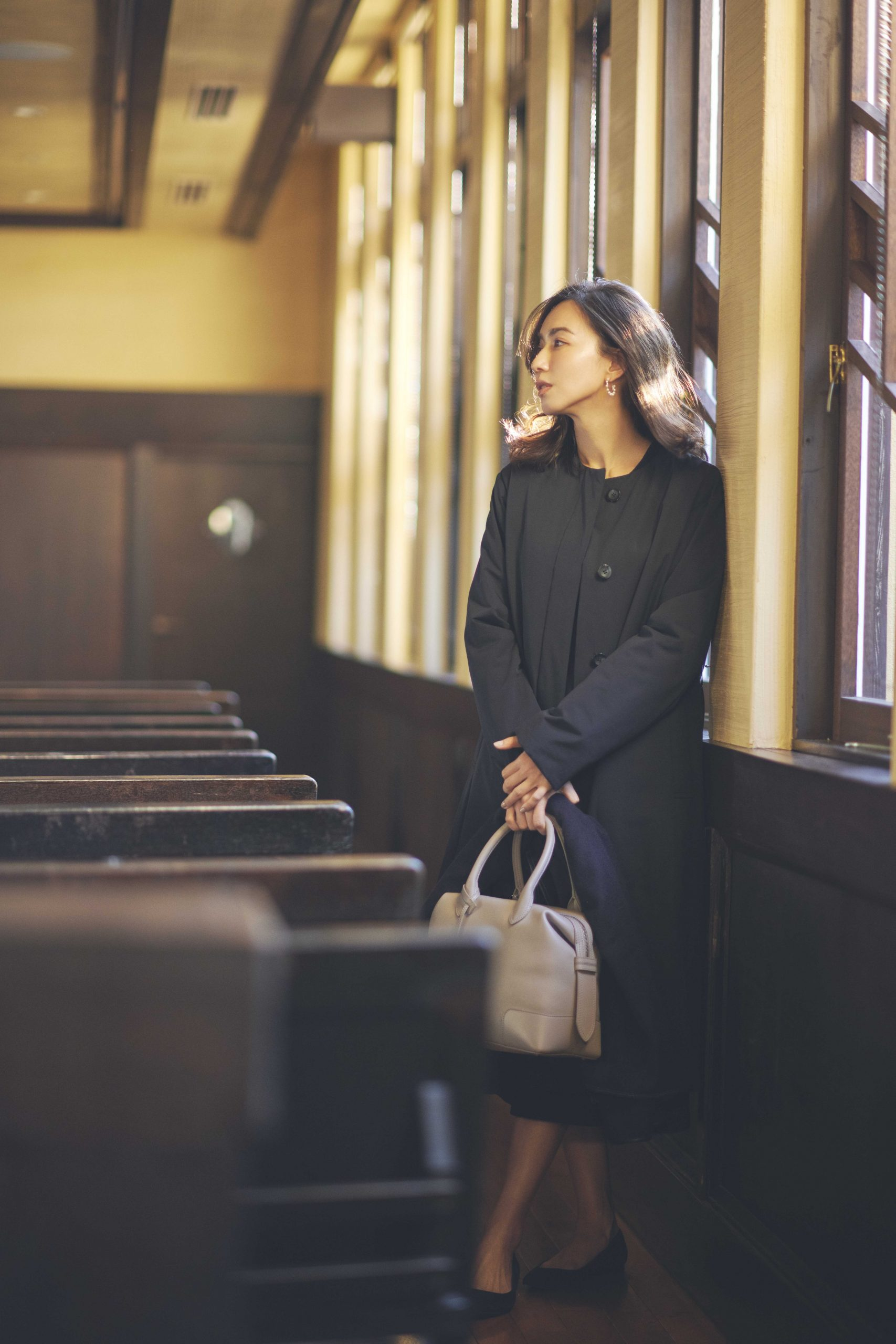 卒園式卒業式の服装。スーツに合うアウターコーデ。モデルは優木まおみさん。