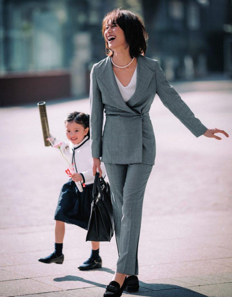 入園式・入学式のグレーパンツスーツ。モデルは神山まりあ。