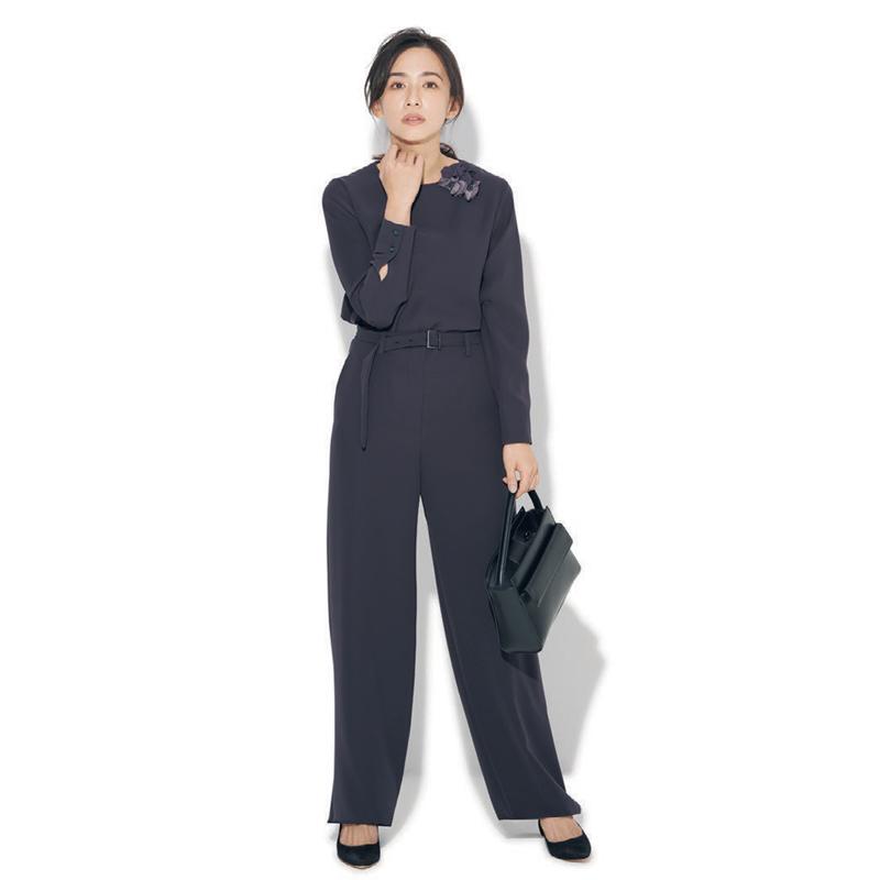 ネイビーのパンツセットアップの入学式・入園式スーツ。モデルは優木まおみ。