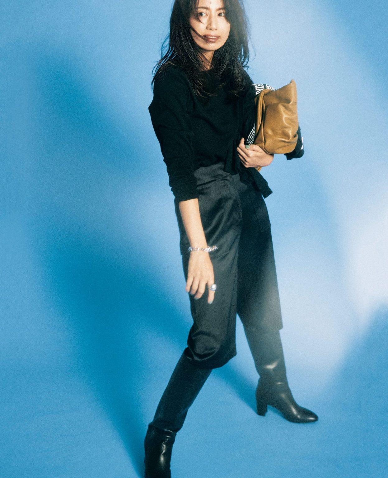 東原亜希さんが着こなす黒パンツの黒ワントーンコーデ