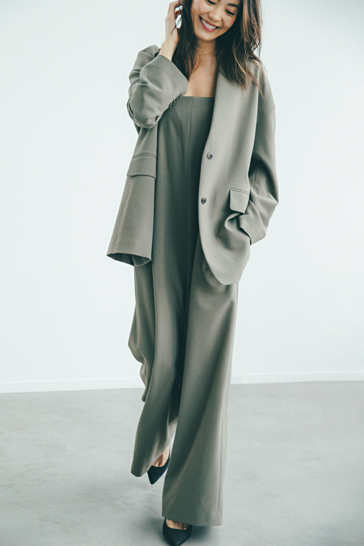 矢野未希子さんが着こなすカーキ色のワントーンコーデ