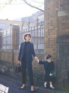 入園式・入学式のママコーデ。パンツスーツ/セットアップ。モデルは青木裕子。