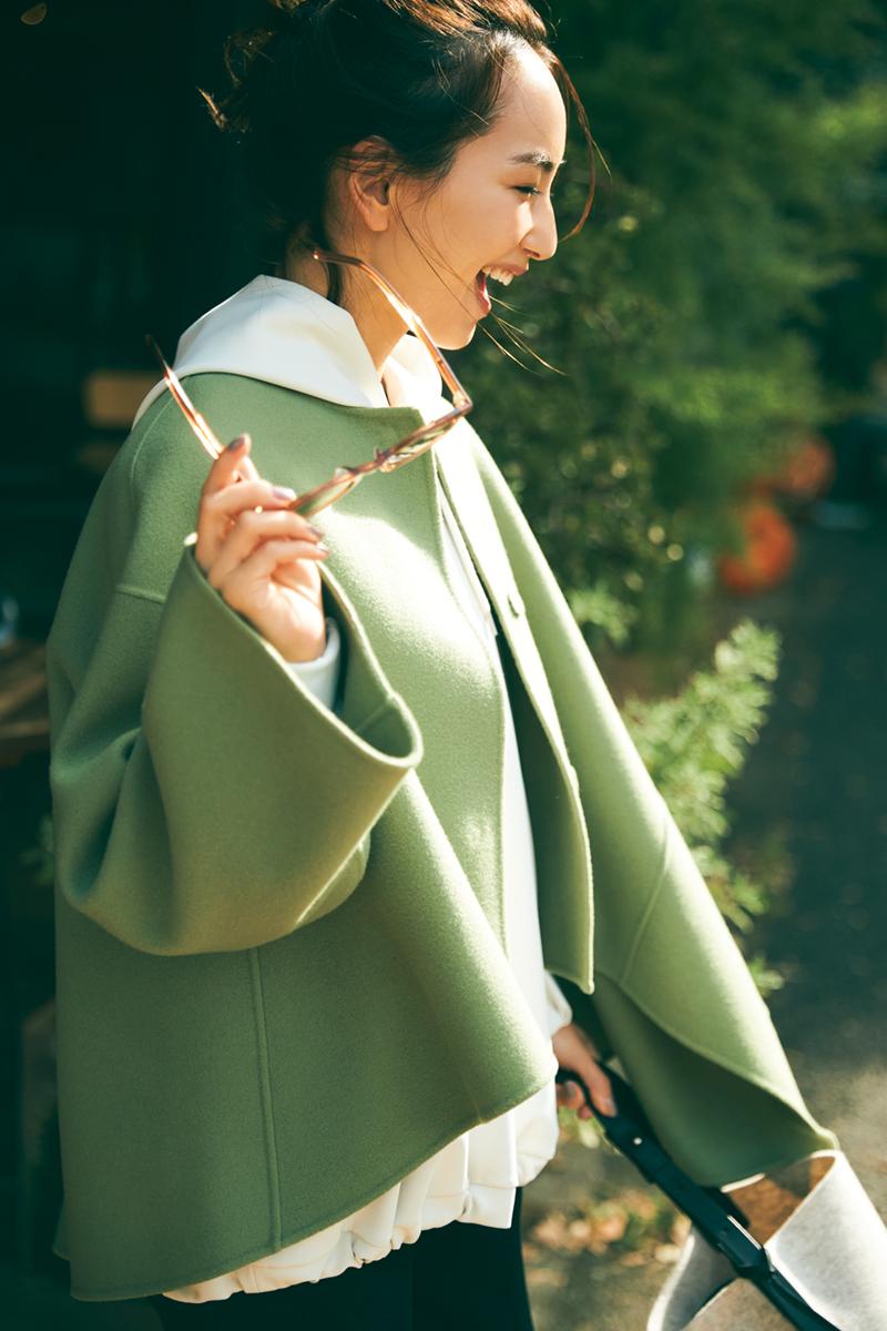 辻元舞さんが着るカーキ色のショート丈コート