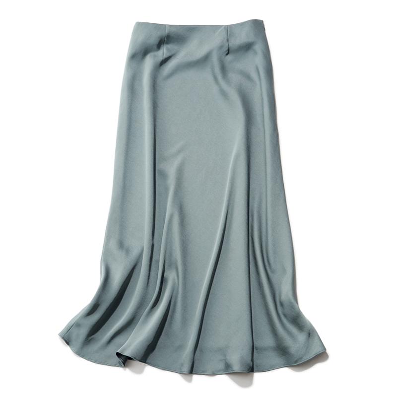 セージ色のサテンスカート