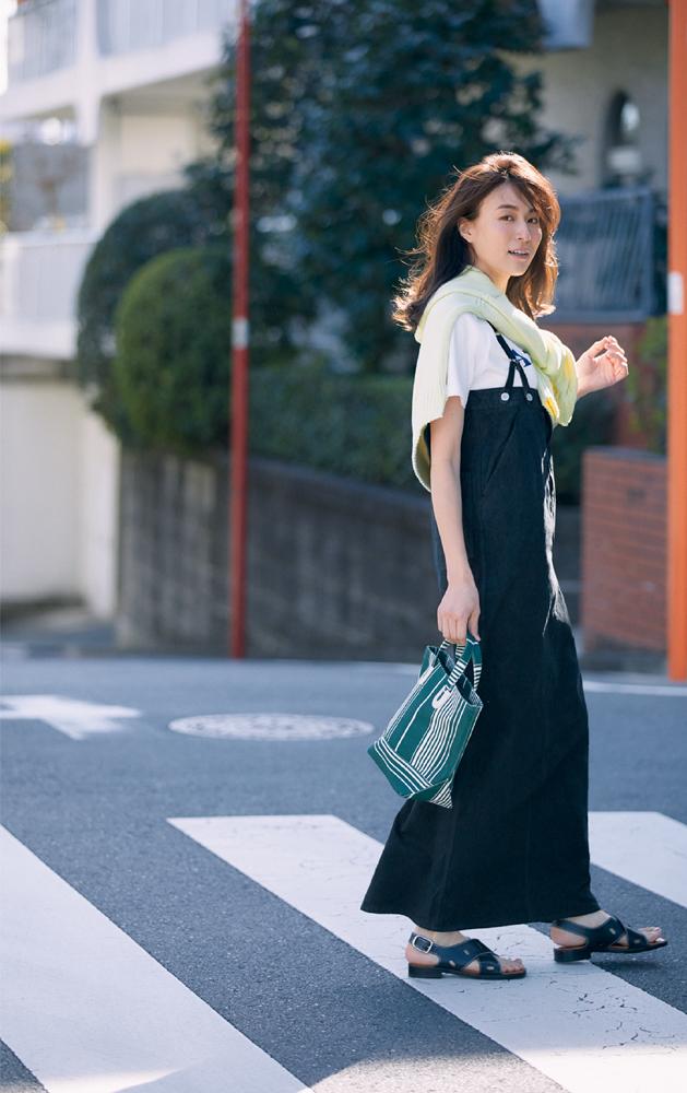 黒のサロペット風ワンピースとTシャツのコーデ