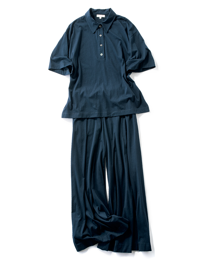 ネイビーのポロシャツトップスとパンツの春夏セットアップ