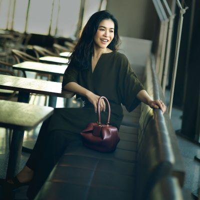 スタイリスト辻 直子さんの定番は「持つだけで私らしくなる」ワンハンドルバッグ