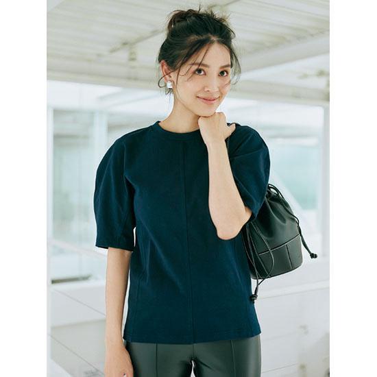 ネイビーのボリューム袖Tシャツと黒パンツの着映えコーデ