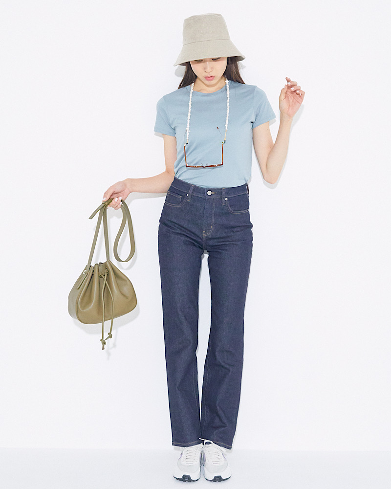 「ブルー×ベージュ」の上品配色なら、カジュアルなアイテムでまとめても大人っぽい雰囲気に。バケハを深めに被っても、ハイウエストのデニムを穿けばバランスよく仕上がります。
