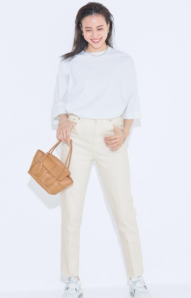 オフ白デニムと白Tシャツのワントーンコーデ