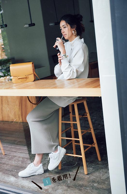 トレンド白スニーカーとスカートのコーデ