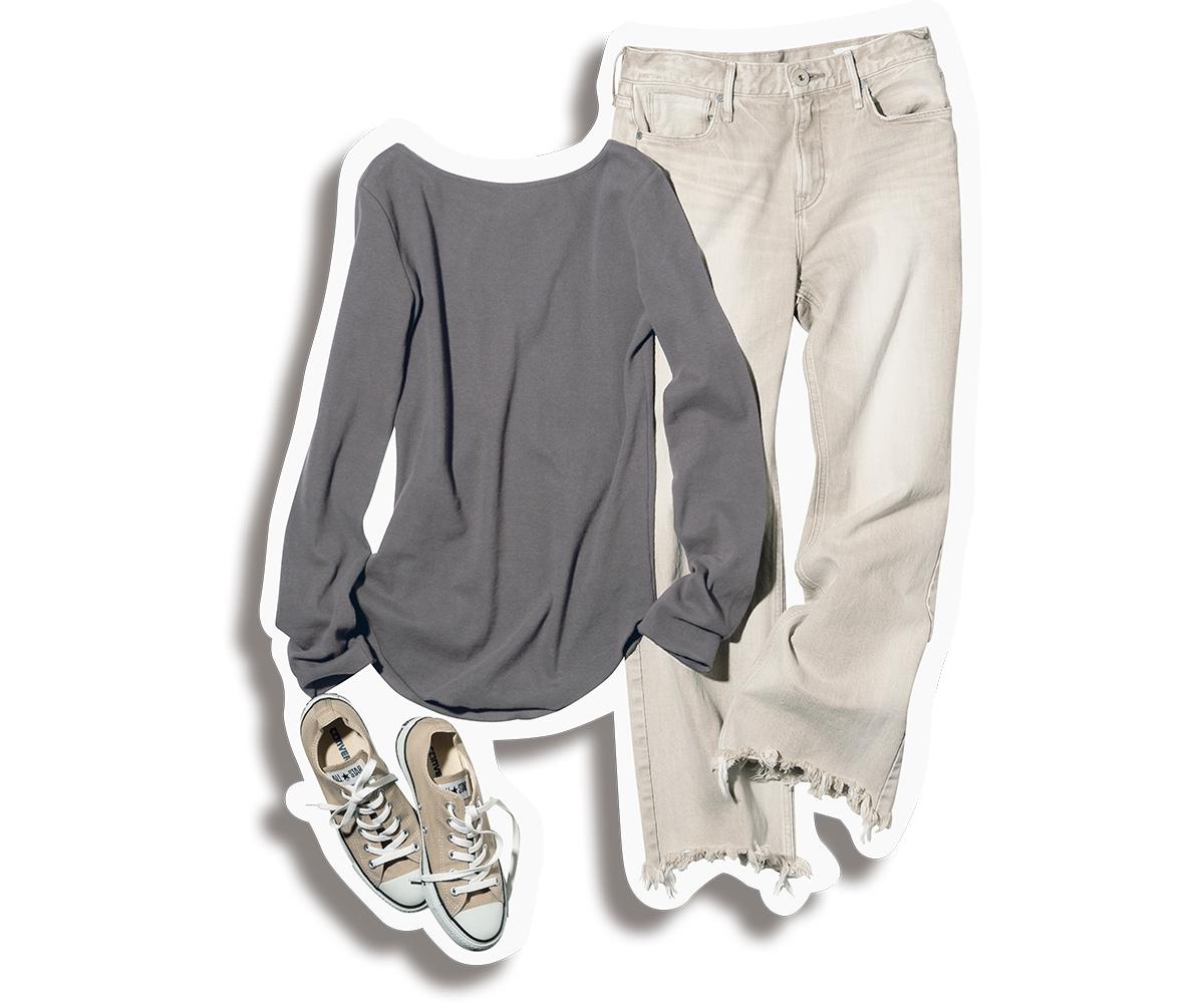 エクリュカラーのデニムとTシャツのワントーンコーデ