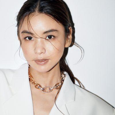「ブレスレットを繋げてネックレスに」伊藤美佐季さんの大胆なジュエリー使い