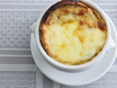 お麩を使った洋食屋さん風スープ「車麩のオニオングラタンスープ」